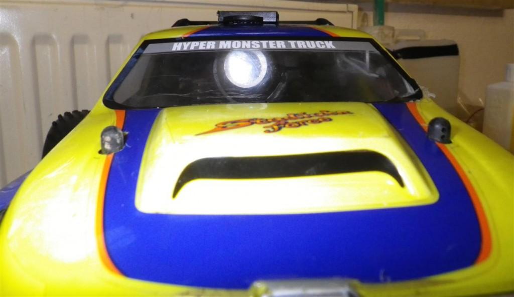 Rollei Bullet HD Lite - Frontansicht des Modellautos mit der Bullet hinter der Windschutzscheibe