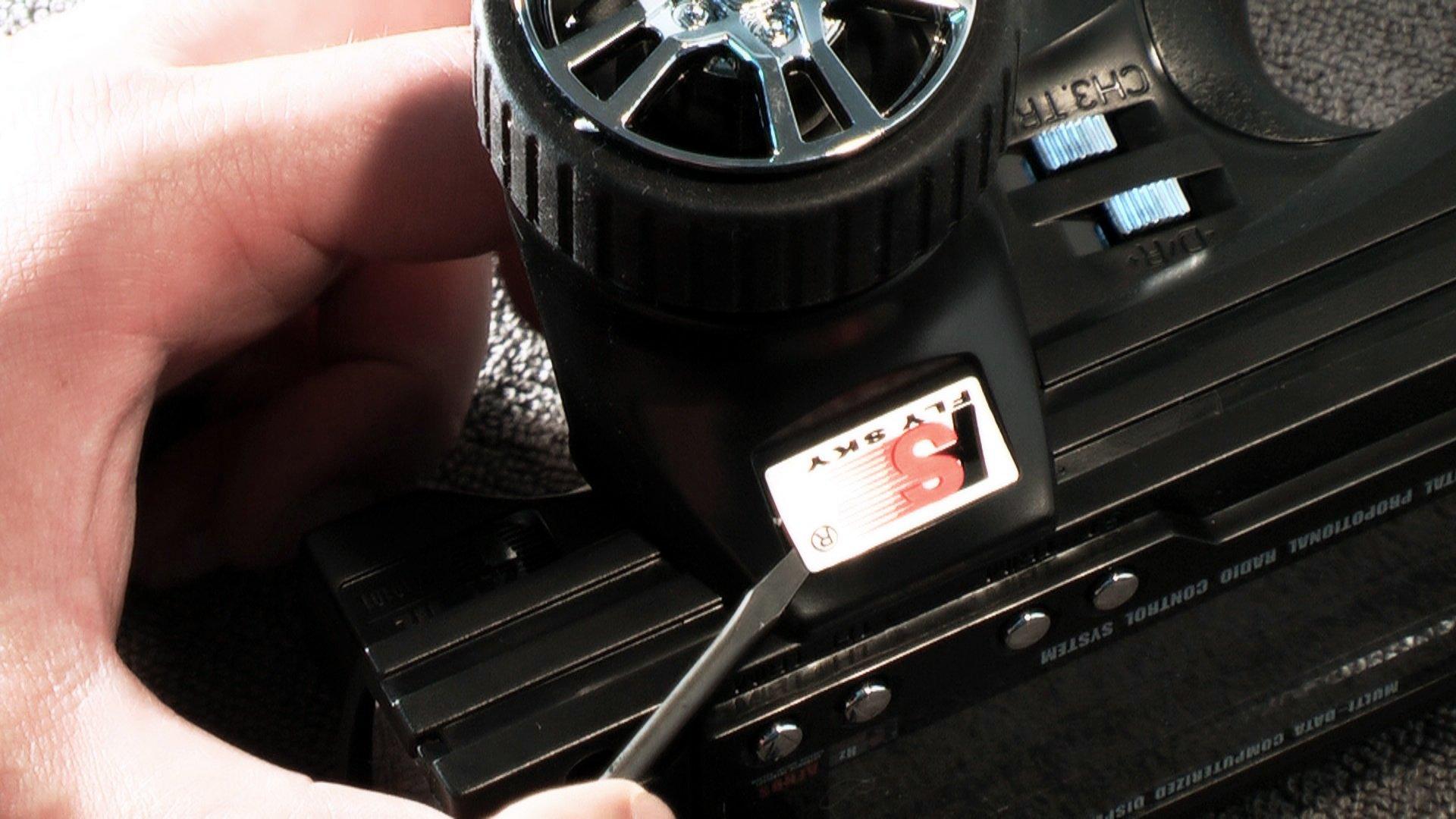 Flysky GT3B Hack - Aufkleber entfernen