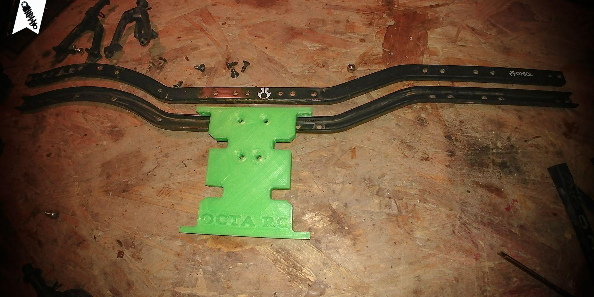 """Im """"Neuen"""" soll die neongrüne Skidplate von OctaRC ihren Dienst versehen. Der Rahmen vom SCX10 bleibt im Betrieb."""